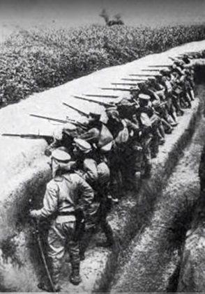 Tropass coloniales en trincheras