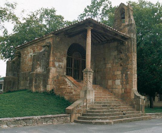 Dolmen y capilla santa Cruz